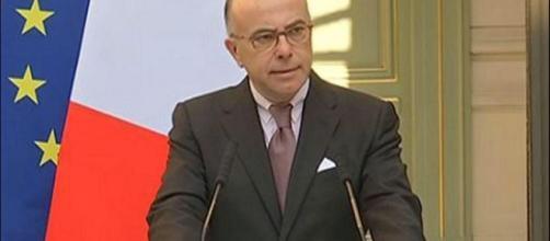 B. Cazeneuve durante una conferenza stampa