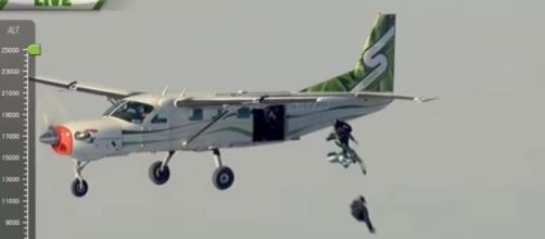 Luke Aikins jumps from 25,000 ft without parachute-Via YouTube