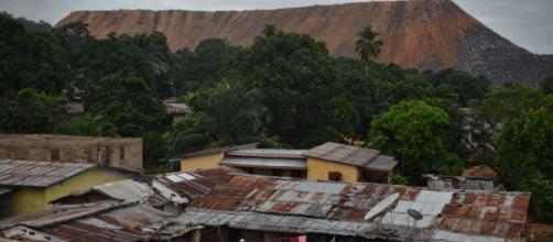Residuos de la grava de las torres de minas más de Koidu en el este de Sierra Leona