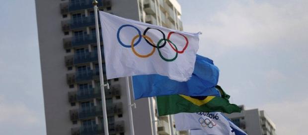 Bandeiras colocadas em frente aos alojamentos