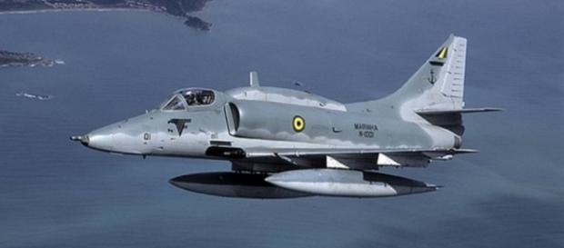 Caça da Marinha colide com aeronave
