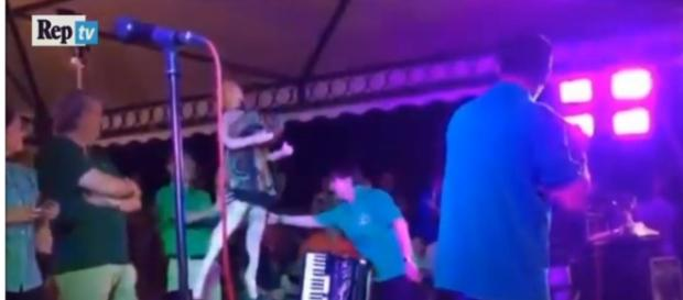 Il video delle polemiche: salvini sul palco con bambola gonfiabile ... - scoopnest.com