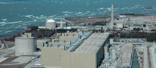A nuclear power plant emits water vapor but are on the decline worldwide. https://en.wikipedia.org/wiki/File:Bruce-Nuclear-Szmurlo.jpg