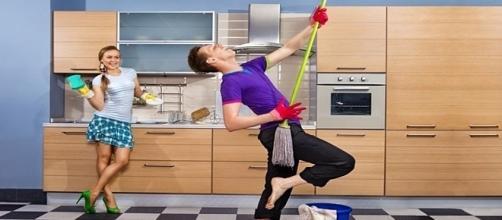 Casal que divide tarefas da casa tem mais prazer no sexo e é mais feliz a dois