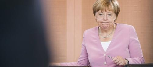 Miles de alemanes protestan por la política de asilo de Merkel