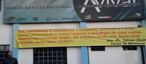 Pastor coloca uma faixa em frente a sua igreja, pedindo que políticos não visitem o templo durante as campanhas eleitorais.