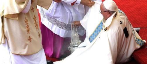 Polonia, la veste tradisce: Papa Francesco inciampa, cade e si rialza