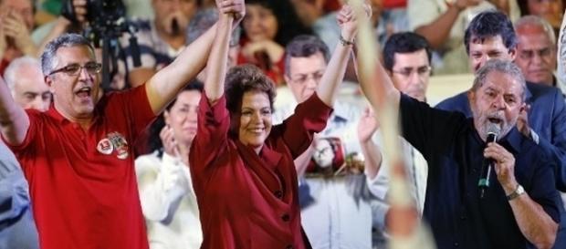 A então candidata Dilma Rousseff faz campanha ao lado do ex-presidente Lula