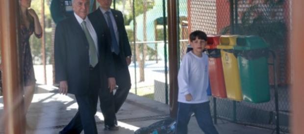 Michel Temer vai buscar o filho na escola