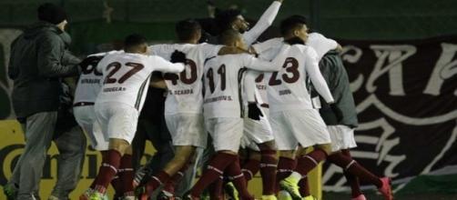 Jogadores comemoram gol de Cícero na vitória do Flu em Erechim (Foto: Itamar Aguiar/Agência Freelancer)