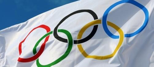 L'esprit olympique avec son drapeau d'anneaux mêlès...