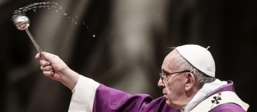Papa Francisco caiu durante missa na Polônia; veja o vídeo