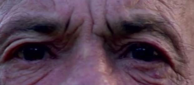 O idoso foi agredido e preso (Foto: Reprodução/ RBS TV)