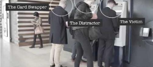 Un video della Barckley's spiega come avviene una truffa ai clienti dei bancomat