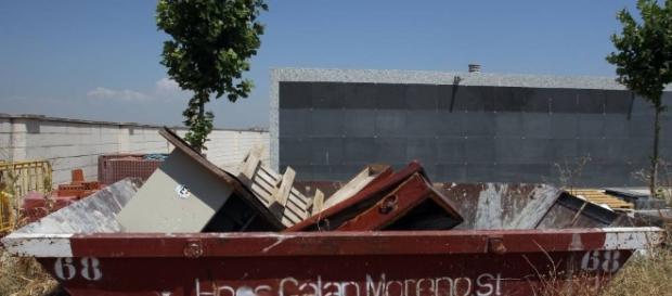 El cementerio de Móstoles tira féretros usados en un contenedor al ... - elpais.com