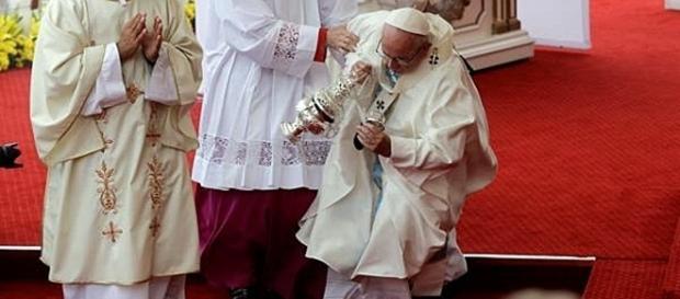 Momento de la caida del pontifice en Polonia YouTube