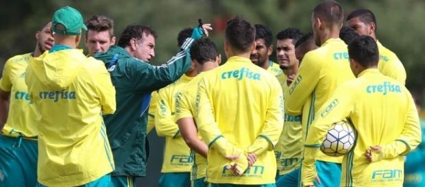 Técnico Cuca reunido com elenco na Academia de Futebol (Foto: Cesar Greco/Ag.Palmeiras/Divulgação)