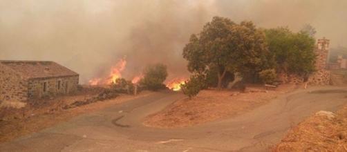 Il vasto incendio in Sardegna da Sedilo a San Basilio