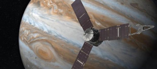 """Imagem simulando a chegada da sonda """"Juno"""" na órbita do planeta Júpiter"""