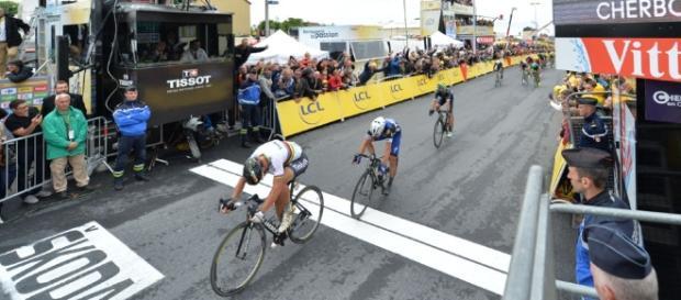Peter Sagan conquistó la segunda etapa del Tour y se enfunda el maillot amarillo