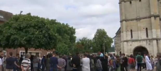 La comunità raccolta davanti alla chiesa di Saint-Etienne-du-Rouvray.