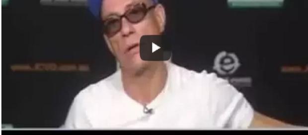 Van Damme se irrita, agride jornalistas e abandona entrevista ao vivo