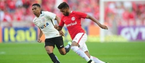 Lateral esquerdo Artur foi um dos jogadores mais vaiados pela torcida do Internacional.
