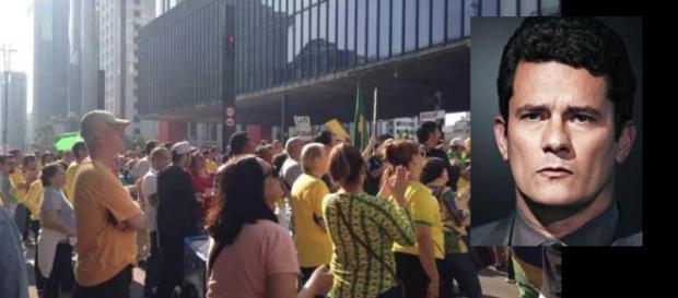 Multidão faz homenagens a aniversário de Moro