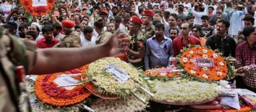 Fiori per le vittime dell'attentato di Dacca