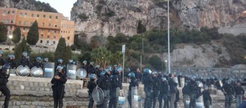 Protesta contro le forze dell'ordine a Ventimiglia per il presidio dei migranti.