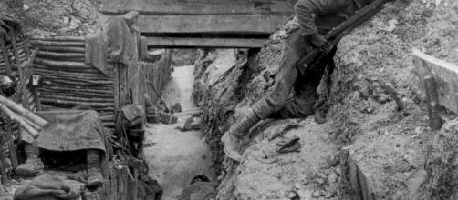 Una de las trincheras de la Batalla del Somme hace un siglo, con soldados combatientes y otros ya muertos.