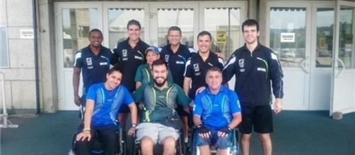 José Ricardo Rizzone (centro) com a equipe de tênis de mesa paraolímpica