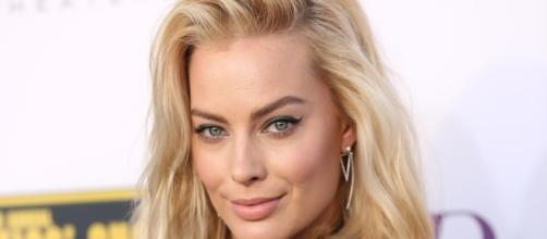 Margot Robbie talks embarrassing photo. (Yahoo Images)