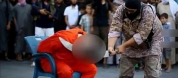 Ao fundo, é possível ver crianças assistindo à execução (YouTube/Tube Independent)