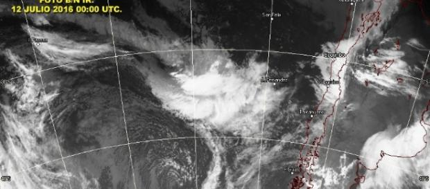 Imagen satelital muestra llegada de fuerte sistema frontal al continente chileno