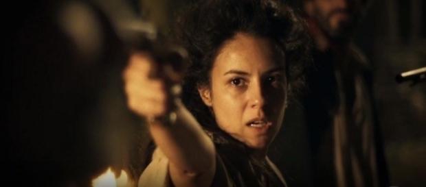 Joaquina impede vilão de ser morto