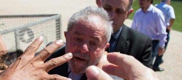 Jornal diz que saúde de Lula, preocupado com Lava Jato, vai de mal a pior