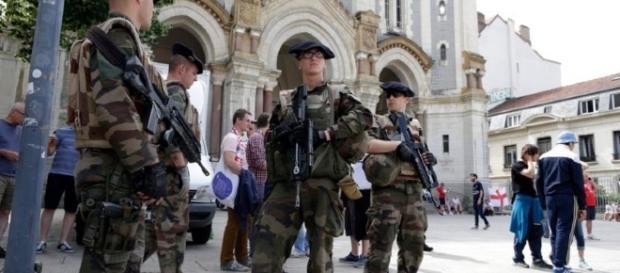 Militares vigilando las calles después del atentado