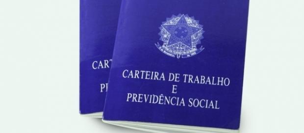 Sem a CTPS não há como registrar o trabalhador. (Foto disponível em http://www.catho.com.br/carreira-sucesso/wp-content/uploads/2015/02/carteira.jpg)