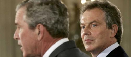 Blair y Bush de oradores en una conferencia.