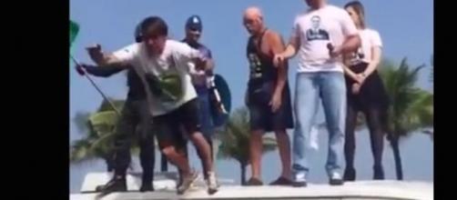 Jair bolsonaro cai ao tentar se jogar nos braços da galera