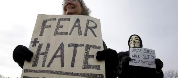 Manifestación contra Trump de americanos, divididos ante el inefable millonario y candidato republicano a la Casa Blanca.