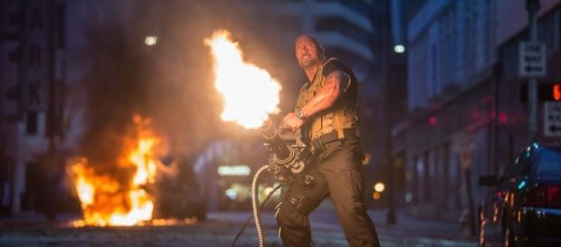 Dwayne interpreta o agente Luke Hobbs em 'Velozes e Furiosos 8' (Foto: UOL)