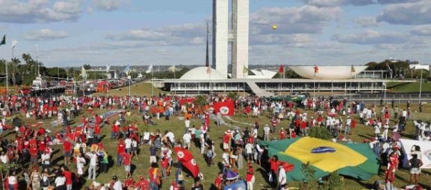 O Brasil enfrenta situações delicadas nos âmbitos político e econômico