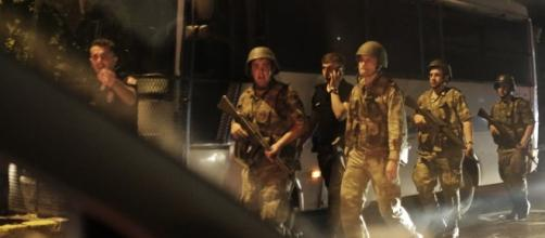 Militari in strada dopo il colpo di stato in Turchia