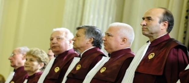 CCR: Condamnații cu suspendare își încetează mandatul