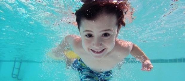 Precaución cuando los niños están en el agua