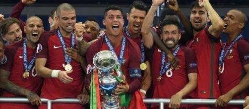 Após derrotar França, Portugal ergue a taça da Eurocopa