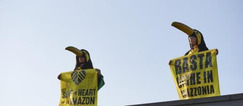 Attivisti di Greenpeace sul tetto della Siemens a Milano.