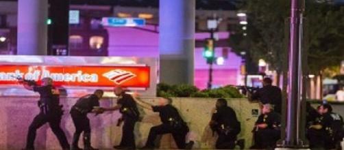 La folle protesta di Dallas: l'inferno tra morti e spari, Obama 'siamo inorriditi' fonte foto blitzquotidiano.